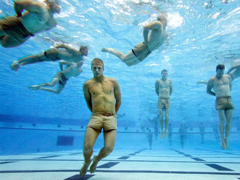 손발이 묶인 상태에서 수영하는 기술.jpg