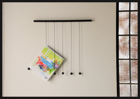 색다른 디자인의 잡지걸이와 신문 테이블