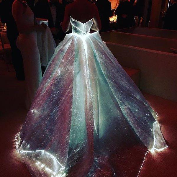 클레어 데인즈 신박한 야광 드레스 네모판